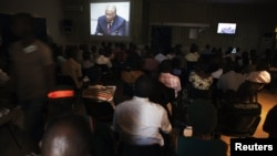 People at the Special Court for Sierra Leone watch live broadcast of ICC proceedings of former Liberian president Charles Taylor, Freetown, April 2012 (file photo).