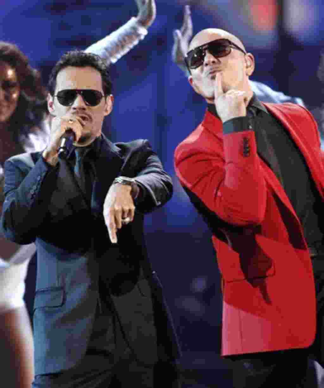 Marc Anthony con Pitbull durante su presentación en conjunto en los American Music Awards.