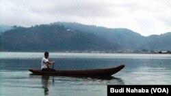 Curah hujan tinggi mengakibatkan permukaan air danau Laut Tawar di provinsi Aceh meningkat (Foto:VOA/Budi)