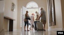 노부부들이 여행을 위해 집을 나서고 있다.