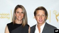 """Колин Бел, со сопругот Бредли, на прием во Холивуд во јуни 2014-та. Бел, продуцентка на сапунската опера """"Смели и убави"""", е потврдена за нов американски амбасадор во Унгарија"""