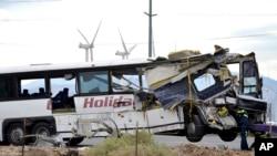 在撞车地点加州棕榈泉附近,工人们准备把巴士拖走(2016年10月23日)
