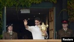 Roger Federer với chiếc cúp vô địch Wimbledon lần thứ 7