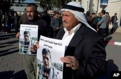 在约旦河西岸城市拉马拉的中心医院,抗议者哀悼巴勒斯坦内阁部长齐亚德•阿布•艾因。