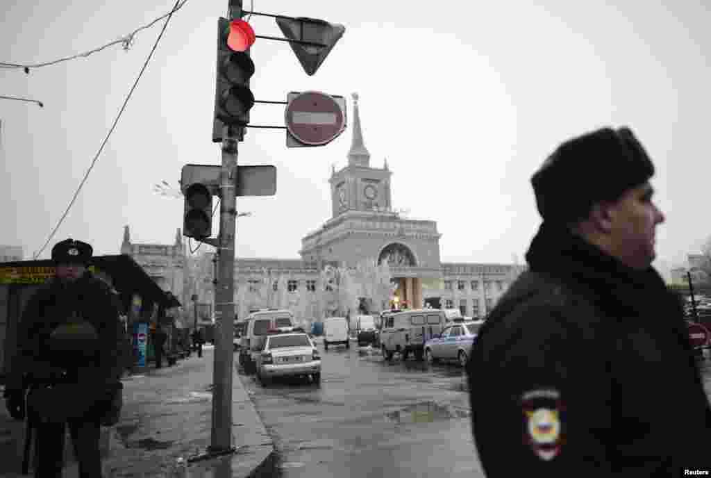 کارکنان وزارت کشور در حال محافظت در نزدیکی ایستگاه راه آهن ولگاگراد - محل انفجار ۲۹ دسامبر. عامل انفجار یک زن بمبگذار انتحاری بود که در سالن ورودی ایستگاه، خود را منفجر کرد.