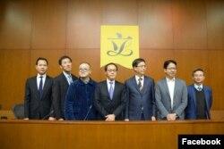 梁继昌(中)在香港立法局参加会议