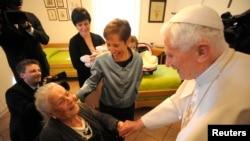 El Papa Benedicto XVI pudo haberse inspirado en el Papa Celestino. Benedicto XVI visitó sus restos en 2009 en la iglesia St. María de Collemaggio en L'Aquila.