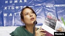 Elaine Pearson, wakil direktur Human Rights Watch (HRW) untuk Asia dalam suatu konferensi pers di Phnom Penh (Foto: dok). HRW mengeluarkan laporan tentang pelanggaran HAM oleh pasukan keamanan Burma atas muslim Rohingya di Burma (31/7).