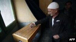 Stariji Egipćanin glasa na parlamentarnim izborima, 5. decembar 2010.