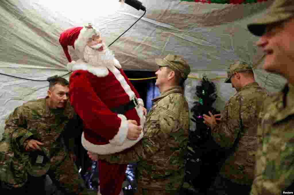 شام کریسمس در پایگاه ارتش آمریکا در یک شهر کوچک در نزدیکی موصل عراق.