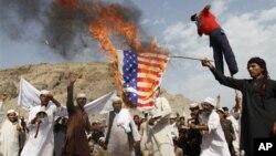 14일 아프가니스탄 가니켈에서 이슬람 예언자 무함마드를 모독한 영화에 항의하는 시위대가 미국 성조기를 불태우고 있다.