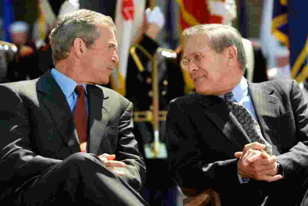 اول مه ۲۰۰۳- دانلد رامسفلد وزیر دفاع امریکا در گفت و گوی کوتاهی با خبرنگاران در کابل، پایان نبرد عمده را اعلام می کند. در آن زمان هشت هزار سرباز امریکایی در افغانستان مستقر بودند. رامسفلد در حالی سخن می گفت که جورج بوش اعلامیه مشابهی در عرشه ناو هواپیماب