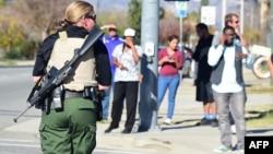 2일 총기 난사 사건이 발생한 미국 서부 캘리포니아 주 샌버나디노의 카운티 건물에 중무장한 경찰이 출동해있다. (자료사진)