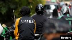 雅加达,一位摩托出租车司机正在等待乘客。(2017年9月20日)