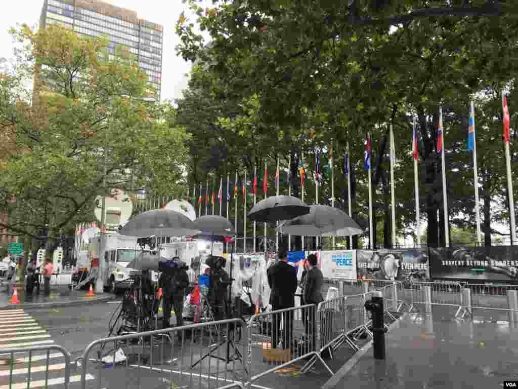 خبرنگاران در محلی در مقابل ساختمان ملل متحد پوشش خبری هفتادو یکمین مجمع عمومی را برعهده دارند.