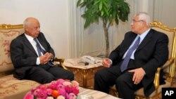 Presiden sementara Mesir Adly Mansour (kanan) berbicara dengan PM sementaar, Hazem el-Beblawi di Kairo (9/7). Pemerintah baru Mesir mendapatkan janji bantuan hibah 8 milyar dolar dari Arab Saudi dan UEA.