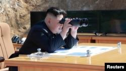 El líder norcoreano, Kim Jong Un, observa la prueba de un misil balístico intercontinental Hwasong-14 en esta foto no fechada divulgada por la agencia oficial de noticias norcoreana el 4 de julio de 2017.
