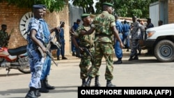 Des agents de sécurité burundais sécurisent le lieu d'une attaque à la grenade qui a tué un général le 25 avril 2016 à Bujumbura.