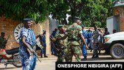 Des agents de sécurité sur la scène d'une attaque à la grenade qui avait tué le général Athanase Kararuza, le 25 avril 2016 à Bujumbura.