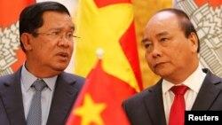 Ông Hun Sen (trái) trong cuộc gặp với Thủ tướng Việt Nam Nguyễn Xuân Phúc cuối năm 2016.