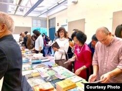 Xem sách, chọn sách là niềm vui trong hội sách. (Hình: Đinh Cường)