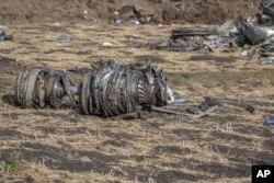 Bagian-bagian pesawat berserakan di tanah di lokasi jatuhnya pesawat Ethiopian Airlines dekat Bishoftu, atau Debre Zeit, sebelah selatan Addis Ababa, Ethiopia, 11 Maret 2019.