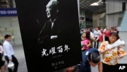 Pegawai kantoran di distrik keuangan Singapura membeli koran lokal edisi khusus mengenai kehidupan mendiang Lee Kuan Yew (23/3). (AP/Wong Maye-E)
