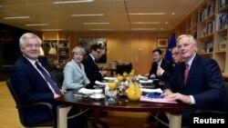 A partir de la gauche, le ministre britannique de la Sortie de l'UE David Davis, la Première ministre britannique Theresa May, le président de la Commission européenne Jean-Claude Juncker et le négociateur en chef du Brexit Michel Barnier, lors d'une réunion à la Commission européenne à Bruxelles, en Belgique, le 8 décembre 2017.