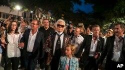 """El diseñador de moda Karl Lagerfeld creador de la colección """"Cruise"""" de Chanel estuvo acompañado de celebridades como el actor Vin Diesel durante el desfile en Cuba."""
