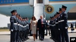 El presidente de EE.UU., Donald Trump, y su esposa, Melania, llegan al aeropuerto Stansted de Londres, el jueves, 12 de julio de 2018.