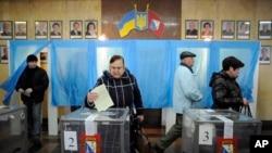 우크라이나 크림자치공화국에서 16일 러시아로의 귀속 여부를 묻는 주민투표를 실시한 가운데, 세바스토폴 투표소에서 유권자들이 투표하고 있다.