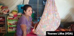 Uliyatin, (29), sedang menidurkan anaknya di ayunan di dalam tenda pengungsian yang ditempati sejak Oktober 2018, 18 Juni 2016. (Foto: Yoanes Litha)