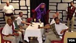 """Kelompok drama narapidana 'Shakespeare Behind Bars' saat memainkan drama """"Macbeth"""" di penjara Luther Luckett, Kentucky (foto: dok)."""