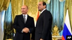 블라디미르 푸틴 러시아 대통령(왼쪽)과 압델 파타 엘시시 이집트 대통령이 26일 러시아 모스크바에서 정상회담을 가졌다.