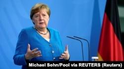 Nemačka kancelarka Angela Merkel obraća se medijima nakon virtuelnog samita Berlinskog procesa (Foto: Reuters/Michael Sohn)