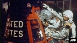Джон Гленн усаживается в спускаемую капсулу Friendship 7 Mercury американского космического корабля Atlas. Мыс Канаверал. Флорида. 20 февраля 1962 г.