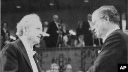 Gary S. Becker (izquierda), recibiendo galardón como premio Nobel de Economía en 1992.