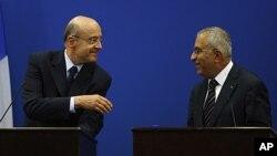 法国外交部长阿兰.朱佩(左与巴勒斯坦总理法耶兹)6月2日共同出席拉马拉记者会之后