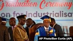 穆加贝参加在哈拉雷城边的一次毕业典礼。(2017年11月17日)