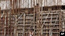 Buruh bangunan India sedang bekerja di sebuah tempat konstruksi di Mumbai. Menurut para pakar ekonomi, ekonomi India tahun fiskal ini hanya akan tumbuh sekitar 5,5 persen (foto: dok).