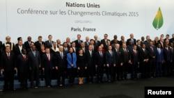 Các nhà lãnh đạo chụp hình lưu niệm tại hội nghị thượng đỉnh về khí hậu ở bên ngoài thủ đô Paris, ngày 30/11/2015.