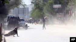 Офіцер служби безпеки та цивільна особа на місці другого нападу в Кабулі, 30 квітня 2018