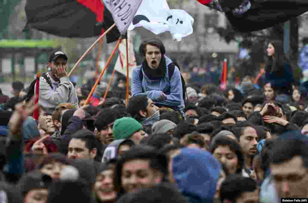 بعض علاقوں میں ہونے والے مظاہرے کسی ناخوش گوار واقعے کے بغیر جاری رہے جب کہ کچھ علاقوں میں پولیس نے مظاہرین کو منتشر کرنے کے لیے واٹر کینن اور آنسو گیس کا استعمال بھی کیا۔