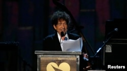 ၂၀၁၅ ခုႏွစ္၊ MusiCares ထူးျခားထင္ရွားပုဂၢိဳလ္ ဆုေပးပြဲတြင္ စကားေျပာေနသည့္ Bob Dylan ။ ေဖေဖာ္၀ါရီ ၆၊ ၂၀၁၅။
