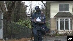 图为一名邮政人员在华盛顿特区投递邮件资料照