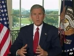 백악관에서 담화를 발표하고 있는 조지 W. 부시 전 대통령