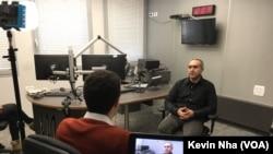 Netanel Toobian, direktur siaran bahasa Persia (Farsi) radio Kan, saat diwawancarai VOA di Tel Aviv, Israel, 18 Januari 2018. (Foto: dok).
