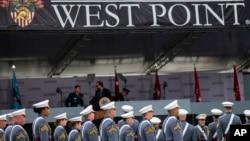 និស្សិតនាយទាហានដែលបានបញ្ចប់ការសិក្សាចូលរួមពិធីប្រគល់សញ្ញាបត្រនៅឯបណ្ឌិតសភាយោធាជើងគោកសហរដ្ឋអាមេរិក West Point នៅរដ្ឋ New York កាលពីថ្ងៃទី២២ ខែឧសភា ឆ្នាំ២០២១។