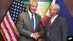 美国国防部长哈格尔(左)与菲律宾国防部长加斯明在新加坡亚洲安全首脑会议