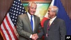 Bộ trưởng Quốc phòng Hoa Kỳ Chuck Hagel (trái) và Bộ trưởng Quốc phòng Philippines Voltaire Gazmin dự cuộc đối thoại Shangri-la hồi tháng 6, 2013